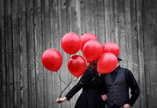 Obviously, this isn't me and my sweetie. Photo credit: http://lmsmindlesscreativity.wordpress.com/people/red-balloons/